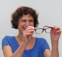 Portrait, Frau nimmt ihre Brille ab | Sabine Lowsky