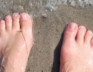 nackte Füße in den Wellen