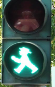 Ein grünes Ampelmännchen leuchtet.