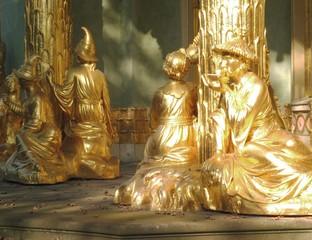 Vergoldete Statuen bei einer Teezeremonie.