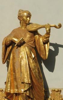 Vergoldete Statue einer Musikantin.