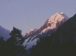 Von der Sonne angestrahlter, schneebedeckter Gipfel.
