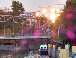 Lichtreflexe bei Sonnenuntergang an Flusspromenade.