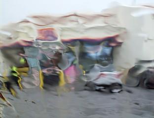 Blick durch eine Winschutzscheibe vom Regen verzerrt.
