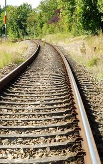 Ein Gleis führt in die Ferne.