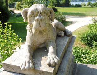 Eine brav ausschauende Dogge aus Stein.
