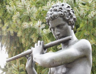 Satue eines Flöte spielenden Jünglings.