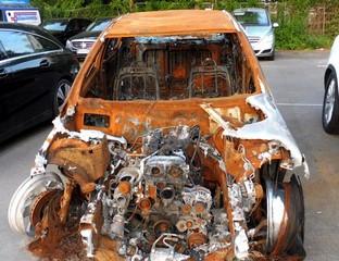 Ein ausgebranntes Autowrack.