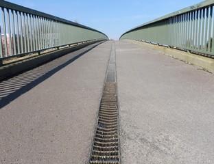 Eine Brücke aus der Froschperspektive fotografiert.