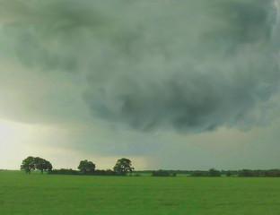 Eine Gewitterwolke über Land.