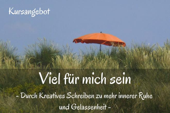 Bild: Roter Sonnenschirm vor blauem Himmel in den Duenen | Texte: Viel für mich sein - Durch Kreatives Schreiben zu mehr innerer Ruhe und Gelassenheit | Sabine Lowsky